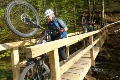 Der Lenker ist zu breit für die Brücke über die Trubach