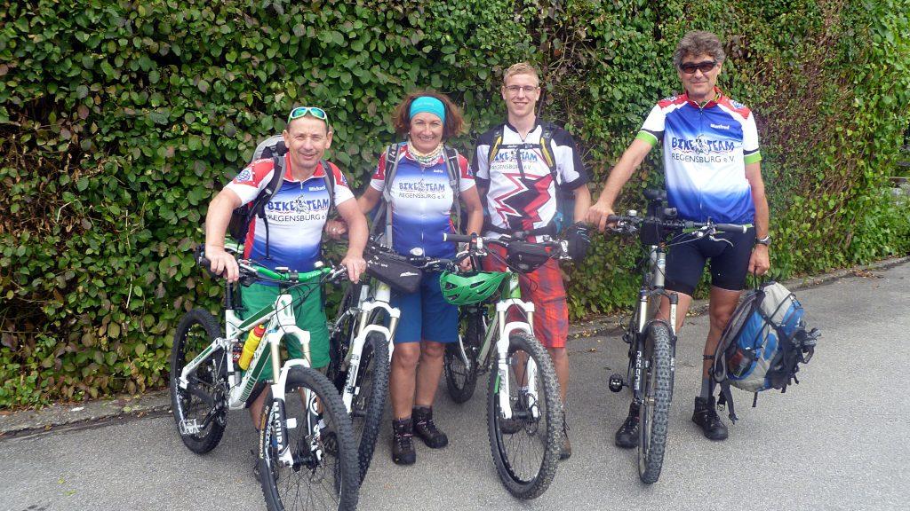 vier Mountainbiker am Start zur Alpenüberquerung -Transalp vom Bodensee zum Comer See
