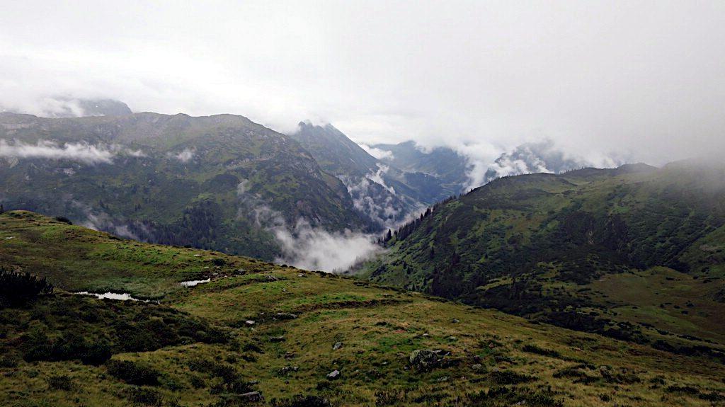 Im Alpental hängt der Nebel -Transalp vom Bodensee zum Comer See