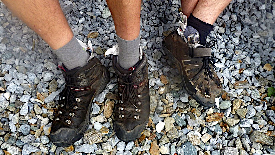 Wanderschuhe aus denen Zeitungspapier schaut -Transalp vom Bodensee zum Comer See