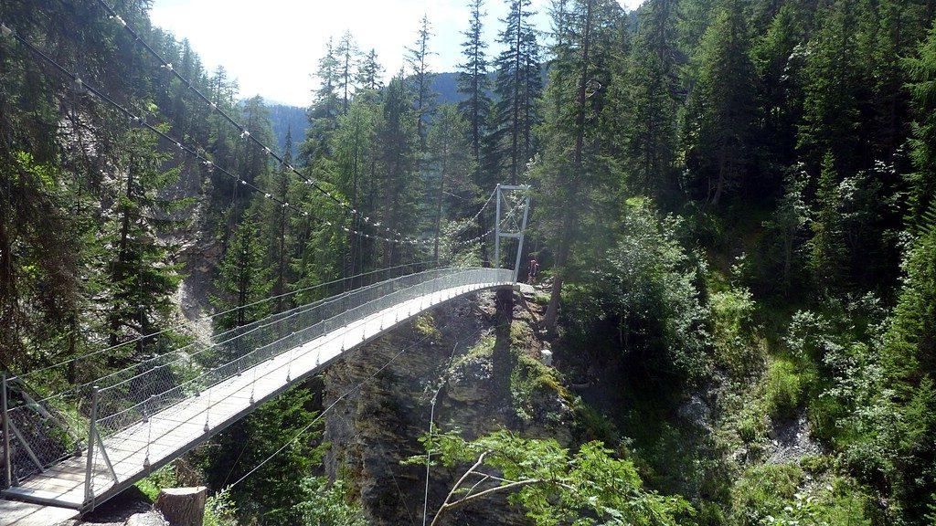 eine Hängebrücke aus Stahl -Transalp vom Bodensee zum Comer See