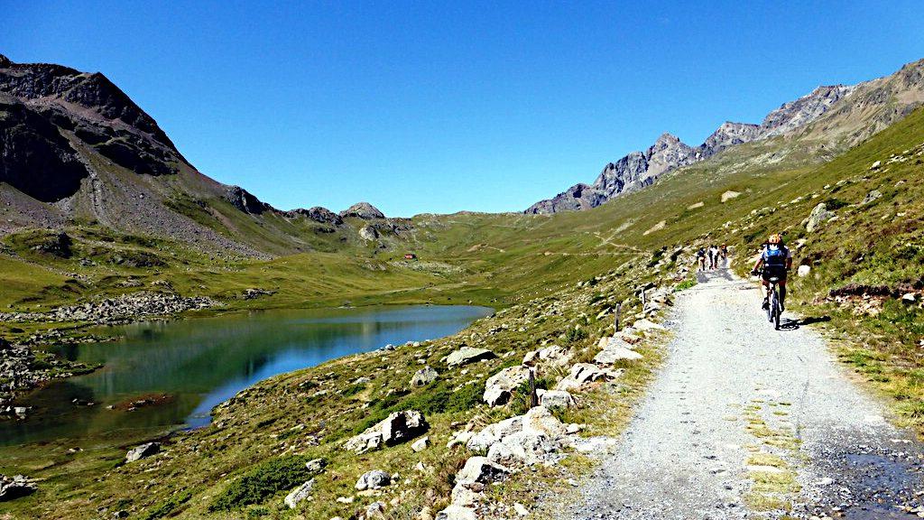 ein Biker fährt zum Passo da Val Viola -Transalp vom Bodensee zum Comer See