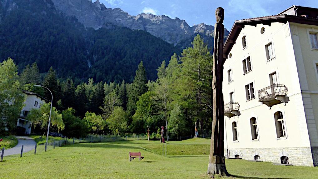 eine Stele von Alberto Giacometti -Transalp vom Bodensee zum Comer See