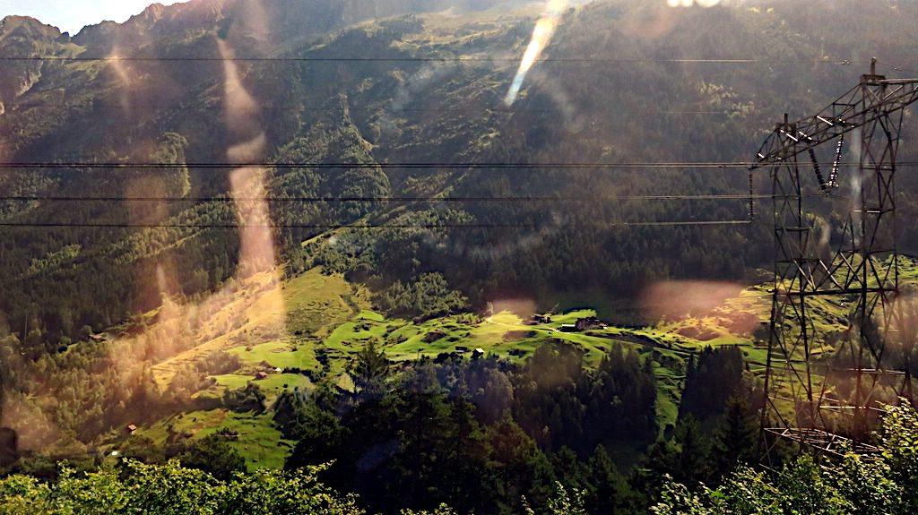 Blick aus dem fahrenden Zug -Transalp vom Bodensee zum Comer See