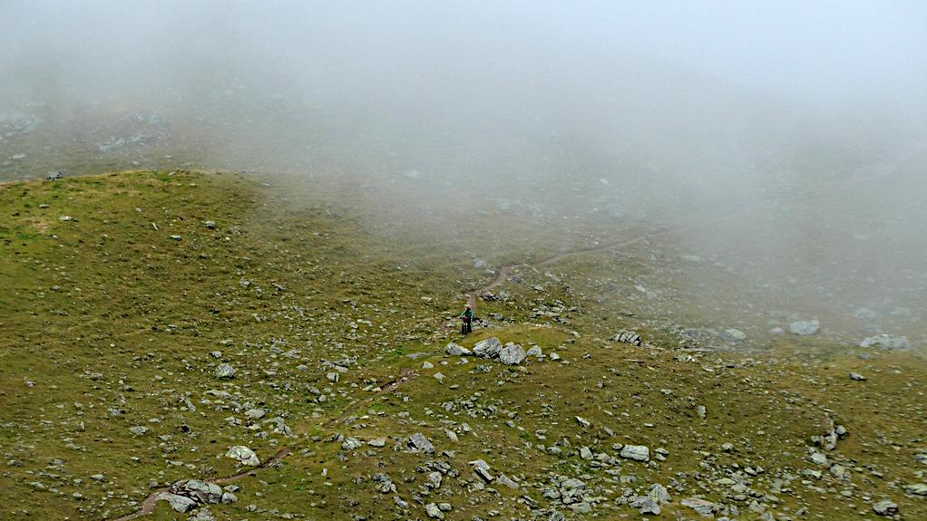 Ein Biker auf dem Weg zum Rabbi Joch wird vom Nebel eingeholt