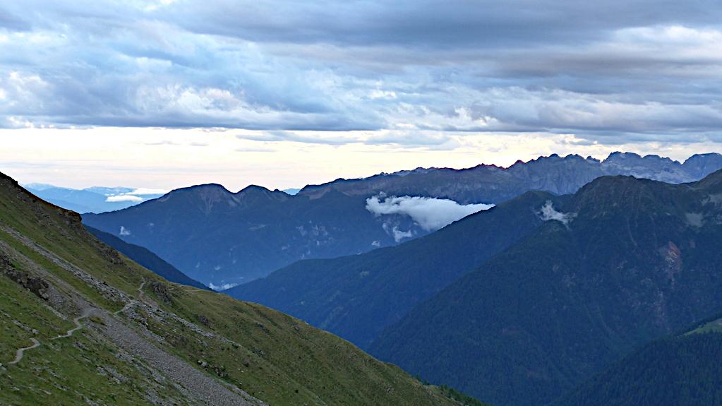 Berge im blauen Abendlicht bei der Haselgruber Hütte