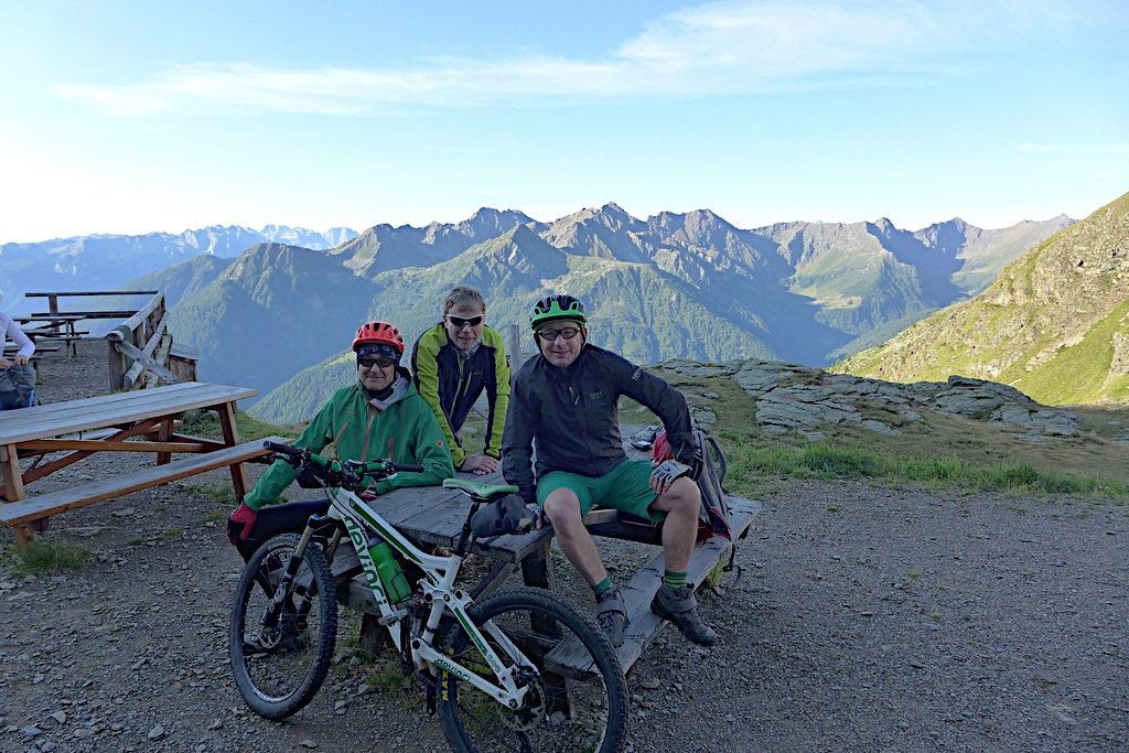 drei Biker frühmorgens vor der Abfahrt von der Haselgruber Hütte