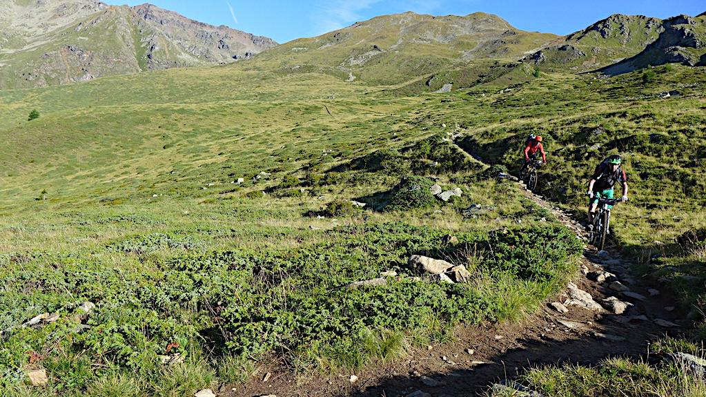 Zwei Biker auf dem Trail ins Rabbi Tal