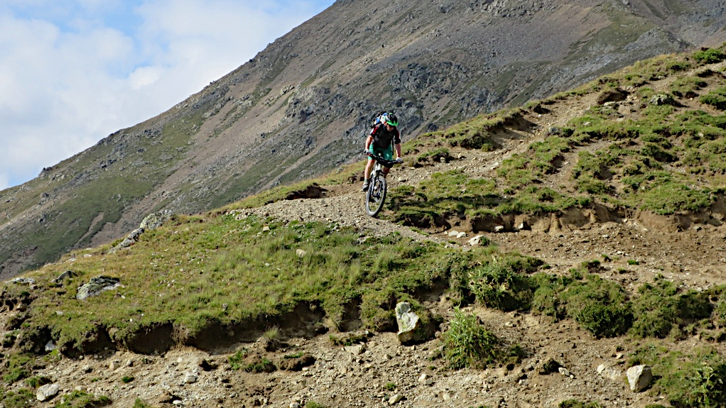 Ein Biker fährt vom Passo Cercena ab