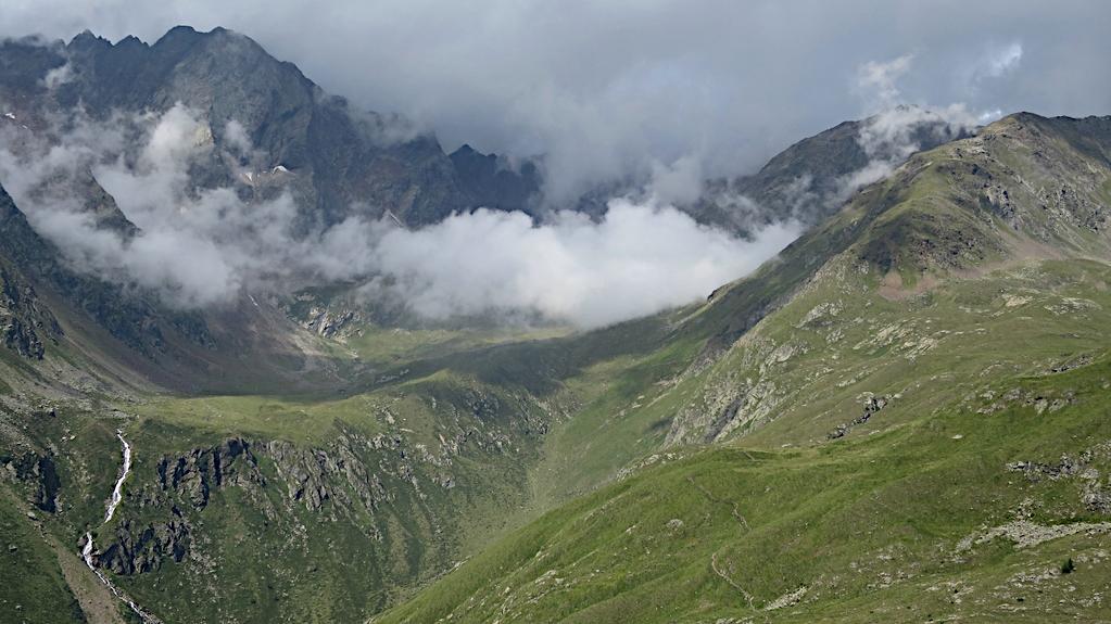Blick in grüne Hügel beim Gavia Pass