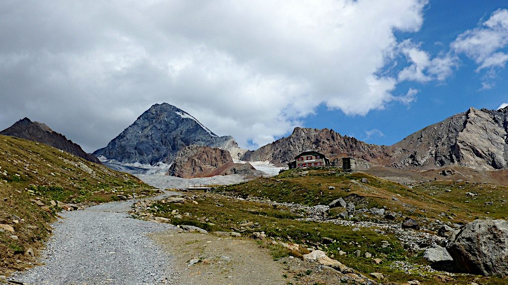 Rifugio Pizzini-Frattola vor Bergkulisse