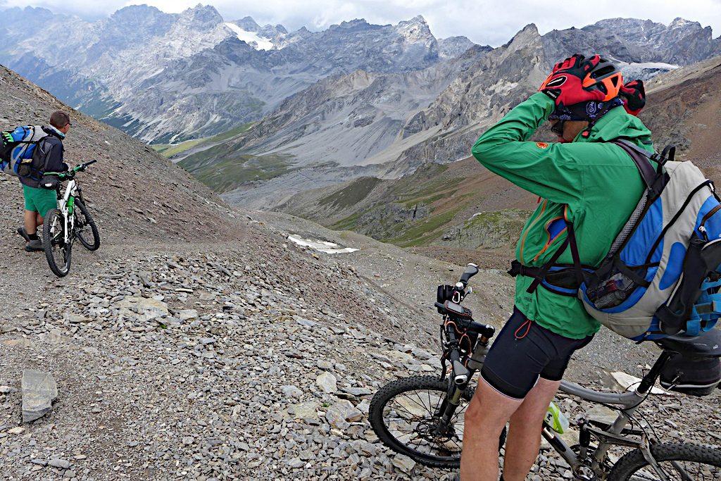 Biker machen sich für die Abfahrt vom Passo Zebru fertig