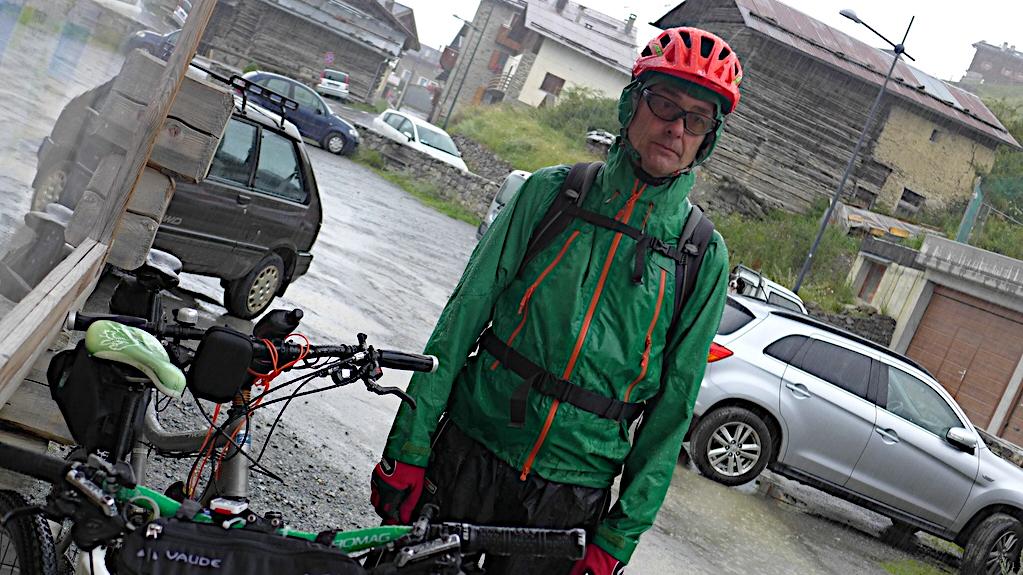 Bei der Umrundung des Ortler Massivs steht ein Biker stoisch im Regen