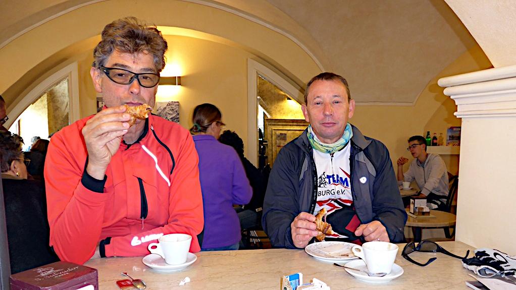 Zwei sehr müde Biker beim Frühstück