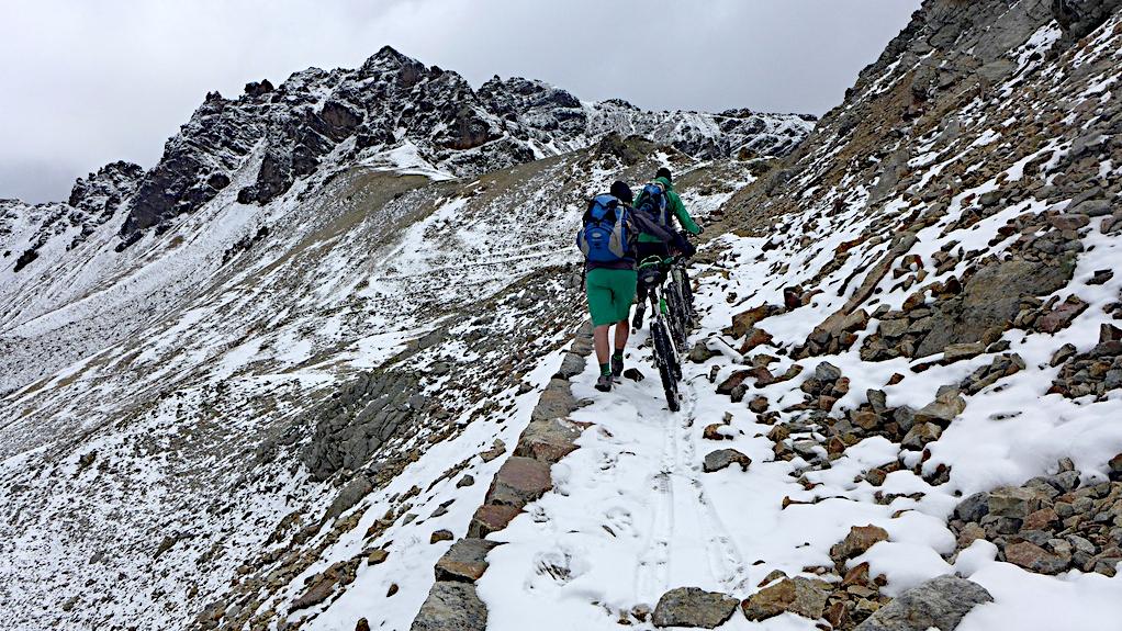 verschneiter Gebirgsweg hinüber zum Bocchetta di Pedenoletto