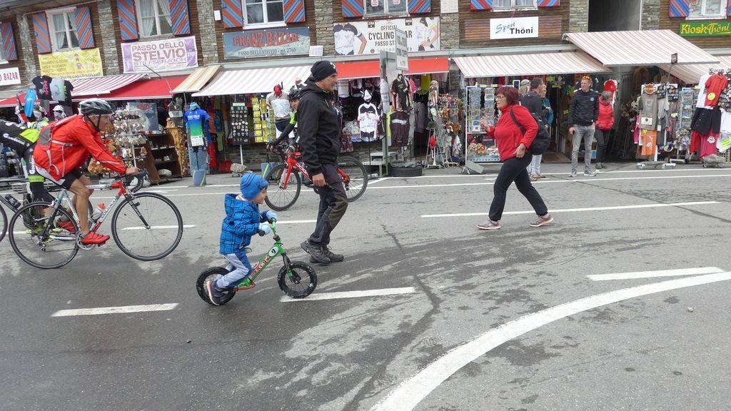 Ein Kind mit Laufrad am Stilfser Joch