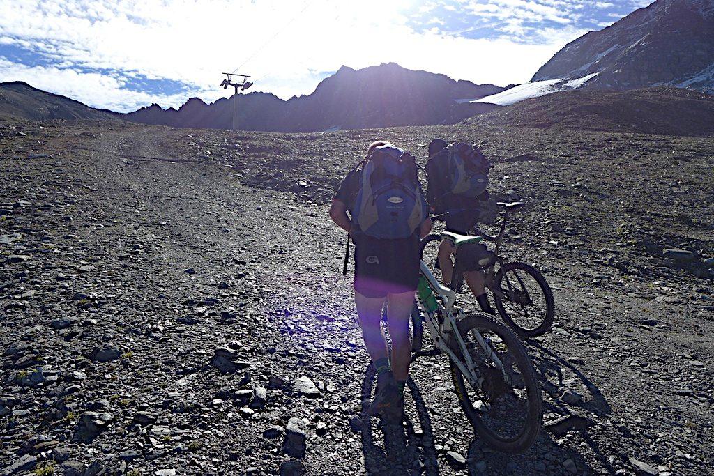 Zwei Mountainbiker schieben zum Madritschjoch hoch