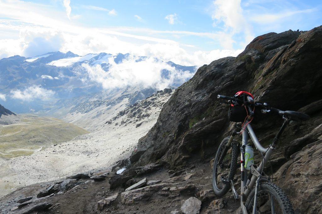Ein Mountainbike steht am Matristschjoch, dem höchsten Pass bei der Umrundung des Ortler Massivs