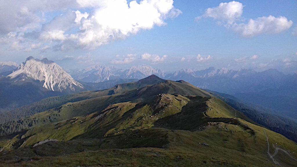 Ein weiter Blick nach Osten vom Knieberg aus. Mitten in den Karnischen Alpen