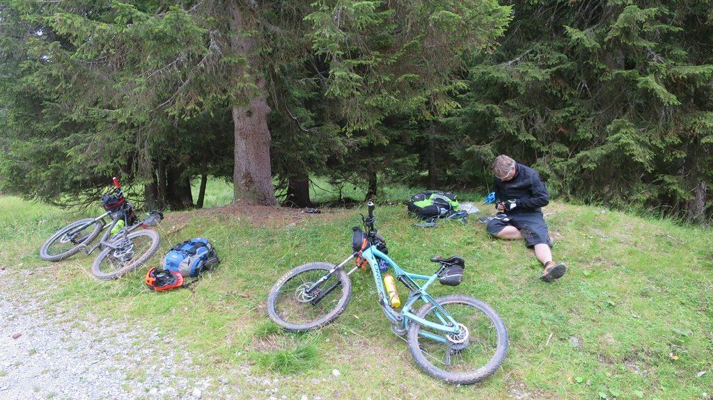 ein Mountainbiker sucht nach einer Internetverbindung