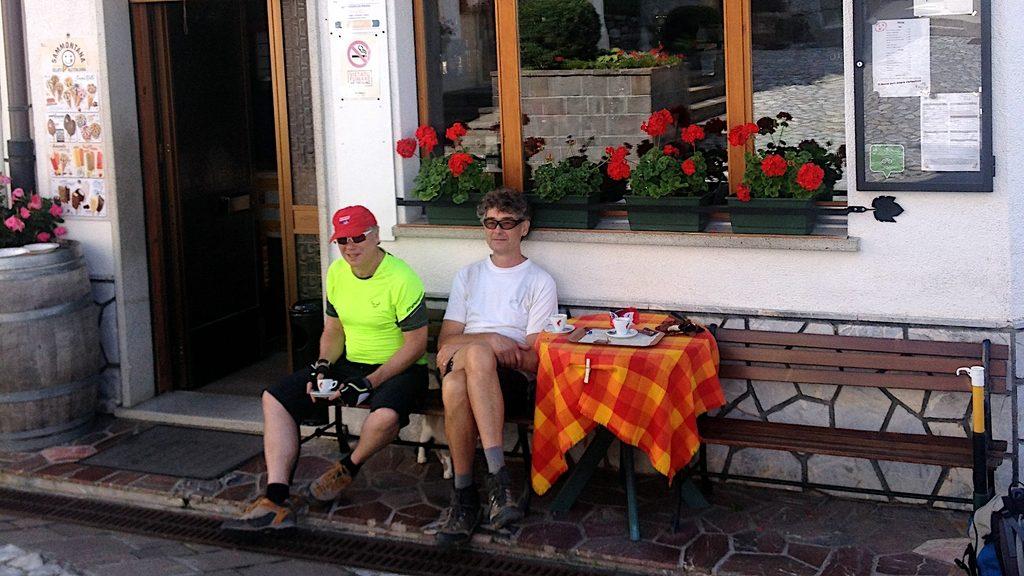 zwei Biker sitzen entspann vor einer Kaffebar