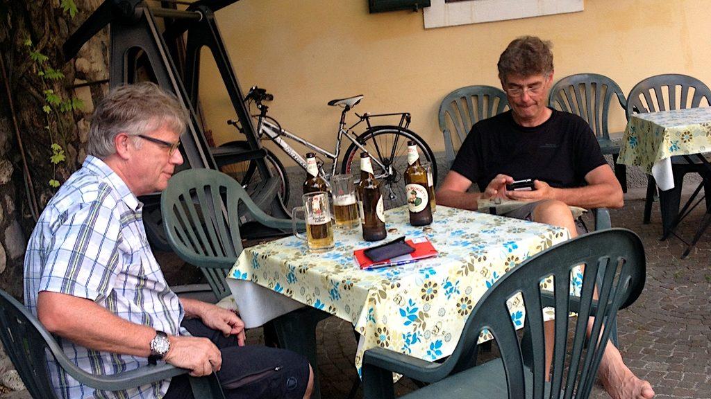 zwei Biker sitzen nach einem anstrengenden Tag beim Bier