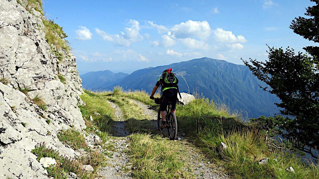 Ein Biker auf dem Ausläufer des Stol, hoch über dem Soca Tal
