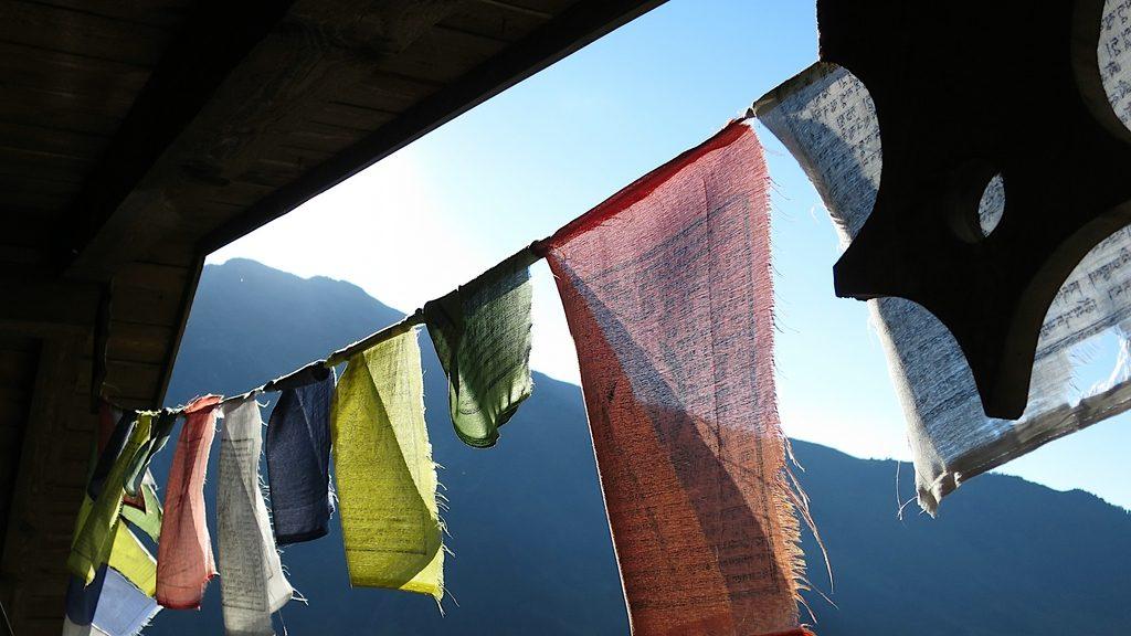 Gebetsfahnen der Weidner Hütte or der Bergsilhouette
