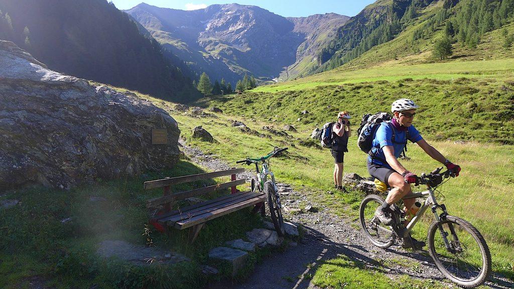 Die Abfahrt vom Tuxer Joch ins Schmirntal geht über eine Wiese mit Bergblick