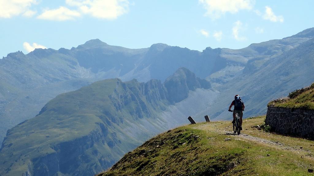 Ein Mountainbiker ist auf einer Gebirgsstraße unterwegs