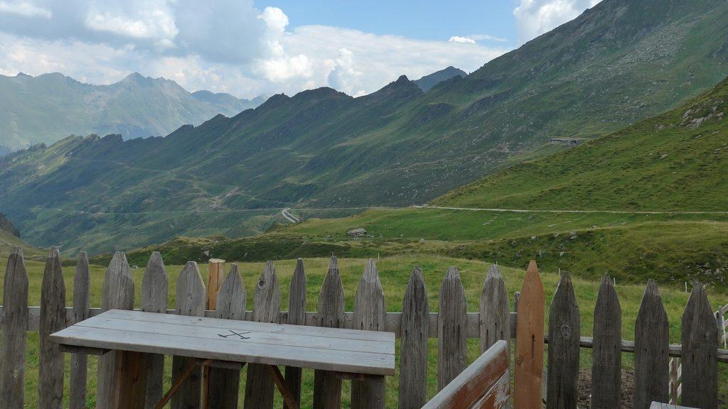 Von der hochgelegenen Moarerbergalm geht der Blick zurück ins Tal