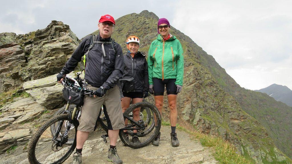 Drei strahlende Mountainbiker oben an der Schneebergscharte