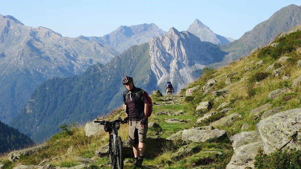 Auf dem Knappenweg 29 fährt ein Mountainbiker bergab