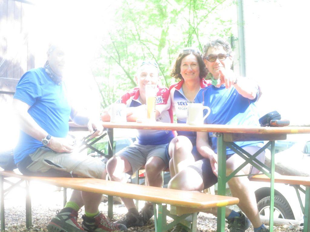 Vier Mountainbiker im Biergarten