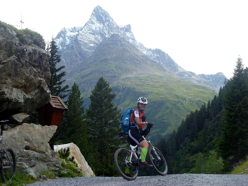 Eine Mountainbikerin bei der Alpenüberquerung für Einsteiger