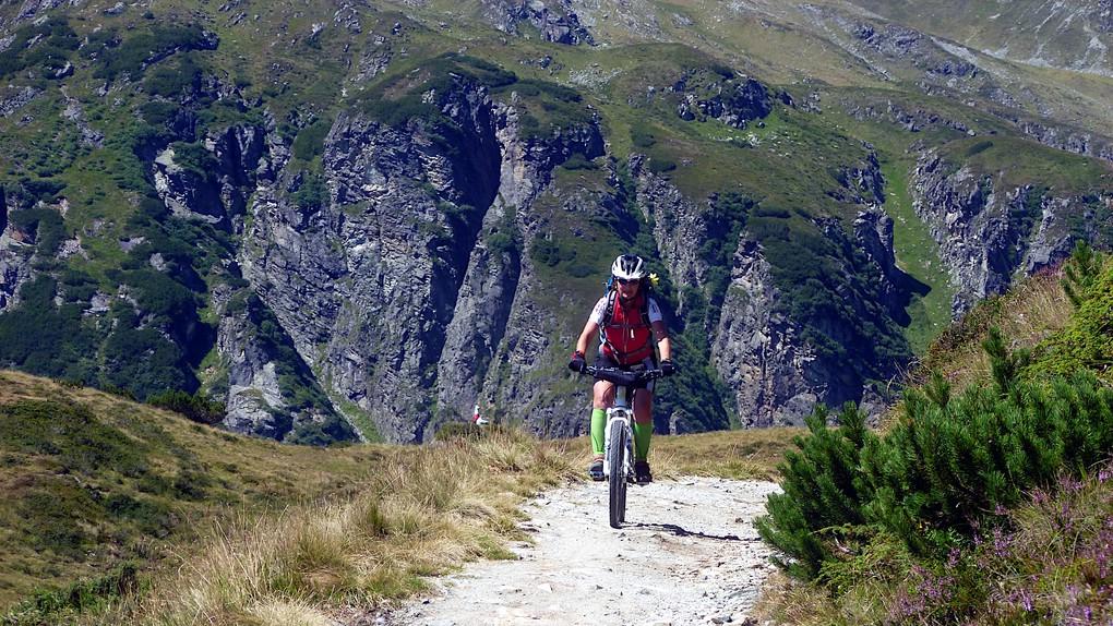 Eine Bikerin auf dem Weg zum Zeinisoch