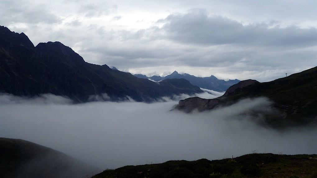 Nur die Bergspitzen ragen aus dem Nebelmeer