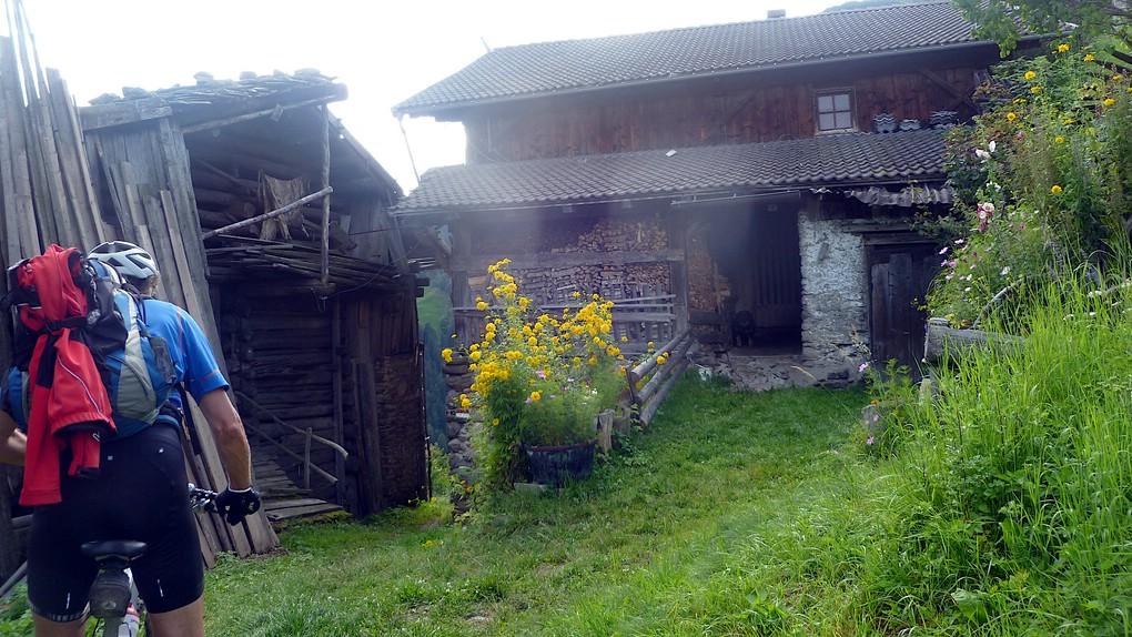 Ein alter Bauernhof im Grünen