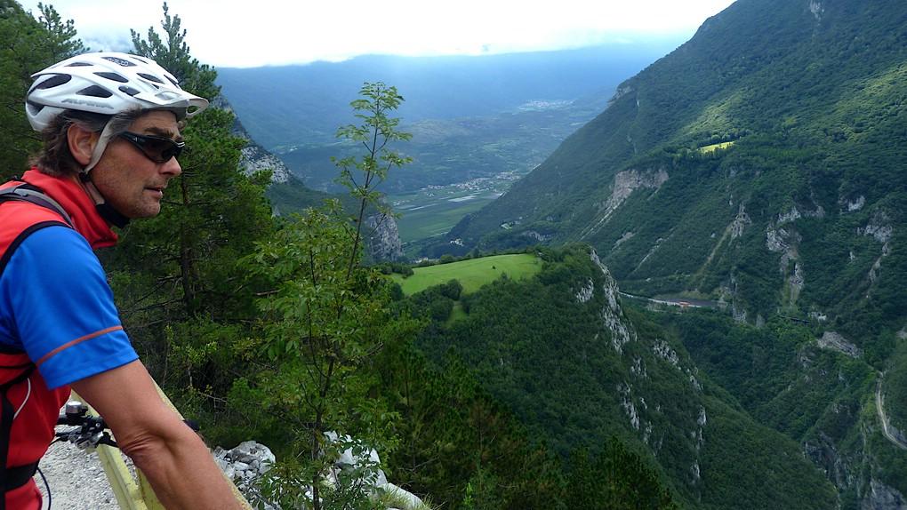 Ein Biker schaut in das Tal der Sarca