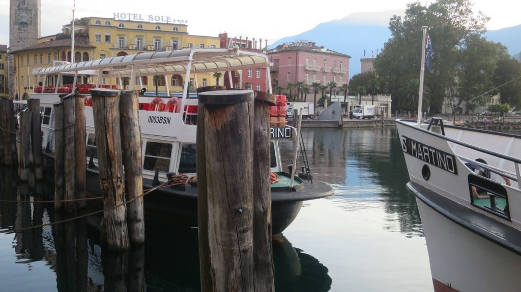 Zwei Ausflugsboote im ruhigen Wasser des Hafens von Riva del Garda - Gardasee