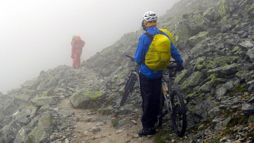 Am Meidpass taucht ein Wanderer aus dem Nebel auf.