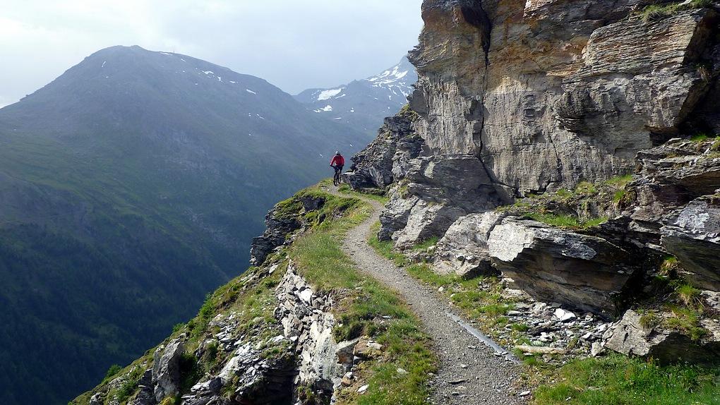 Ein Mountainbiker über dem Nanztal im Kanton Wallis