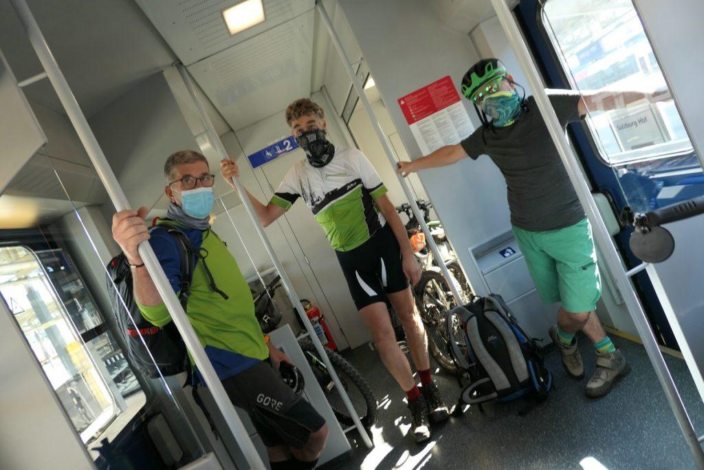 Drei Biker mit Corona Schutzmaske im Zug